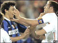 Nicolas Burdisso (izq) y Pedro Marchena (der) intercambian golpes.