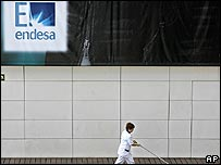 Cleaner outside Endesa's headquarters