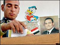 مواطن مصري يدلي بصوته في الاستفتاء