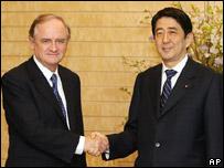 Los ministros de Relaciones Exteriores de Chile, Alejandro Foxley (iz.), y de Japón, Taro Aso,