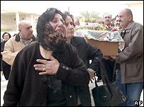 امرأة تبكي في جنازة راهبتين كاثوليكيتين في كركوك، 27 مارس/آذار 2007