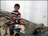 طفلان عراقيان يبكيان بعد أن نجيا من قنبلة على الطريق في كركوك، 21 مارس/آذار