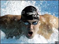 Michael Phelps nadando estilo mariposa