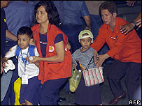 Children are led to safety after 10-hour siege in Manila - 28/03/07