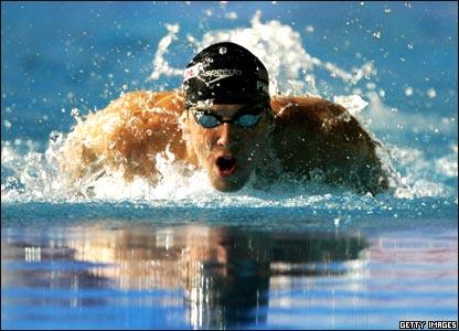 Michael Phelps nada en estilo mariposa