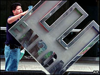 Enron sign being dismounted