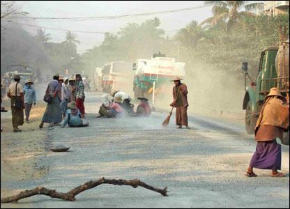 ภาพการปรับปรุงถนนในเมืองเนปิดอว์ โดยมีคนงานชายและหญิงกำลังทำงานอย่างแข็งขัน