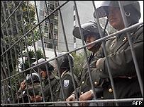 Policías vigilando el Congreso ecuatoriano