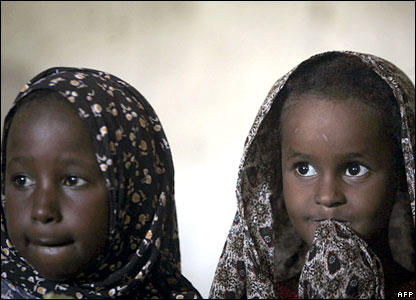 Two Somali girls displaced by fighting in Mogadishu