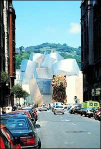 Imagen de una calle de Bilbao, con el museo Guggenheim de fondo