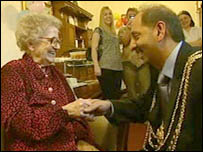Florence Baldwin with the Lord Mayor of Leeds Coun Mohammed Iqbal