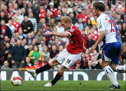 Manchester United's Paul Scholes equalises