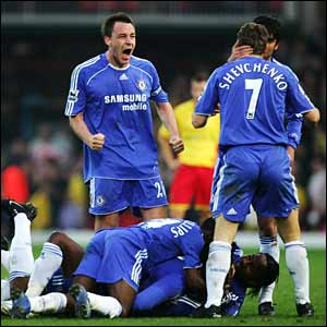 Chelsea celebrate Salomon Kalou's late winner