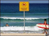 Personas en una playa de Sidney clausurada