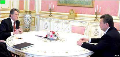 Mr Yushchenko (L) talks to Mr Yanukovych during their meeting on 3 April.