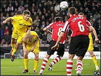 Steven Gerrard envía el balón al fondo de la red.