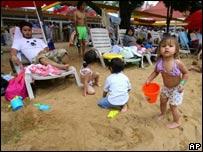 Niños en la playa artificial de Ciudad de México