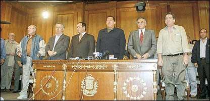 El presidente Ch�vez a su regreso al poder despu�s de los eventos del 11 de abril de 2002 (Foto: El  Nacional)