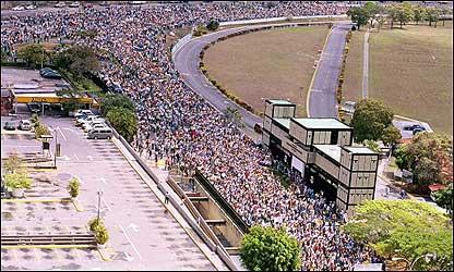 Manifestación de la oposición pasa por los alrededores del aeropuerto de La Carlota , en el este de Caracas. (Foto: El Nacional)