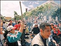 Oficialistas en los alrededores del palacio presidencial de Miraflores en abril de 2002  (Foto: El Nacional)