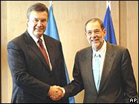 Хавьер Солана приветствует Виктора Януковича в штаб-квартире ЕС в Брюсселе