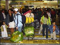 Familia ecuatoriana recibiendo a una pariente que regresa de España