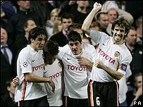 Albelda (capit�n)lidera la celebraci�n del gol del Valencia.