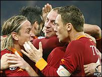 Los jugadores del Roma celebran su victoria