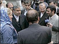 Махмуд Ахмадинежад встречается с британскими моряками