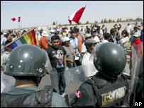 Manifestantes peruanos y policías bloqueando el paso