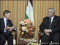 UK diplomat Richard Makepeace (l) with Hamas' Ismail Haniya