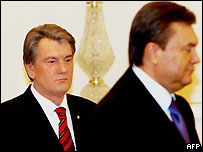 Президент Украины Виктор Ющенко (слева) и премьер-министр страны Виктор Янукович на заседании Совета национальной безопасности и обороны 5 апреля 2007 года