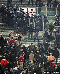 La polic�a se prepara para controlar los disturbios en las gradas.
