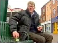 Hombre que iba a dejar una lata de cerveza en un banco