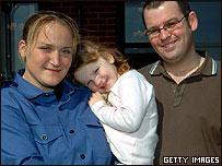 Faye Turney con su hija y esposo frente a su casa luego de ser liberada por Irán