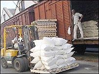 Descargando harina en el puerto (Foto: Raquel Pérez)