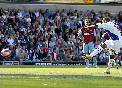 Benni McCarthy scores with a penalty