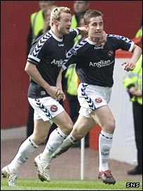 Noel Hunt (left) congratulates Dundee United team-mate Greg Cameron