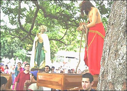 Procesión en la sona rural de Piedades de Santa Ana, Costa Rica. Las personas con  mucha fe y ánimo representan la pasión de Jesús, de acuerdo con la imagen que envía Johnny Villares.
