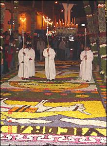 Las alfombras de flores son una tradición durante las procesiones de Semana Santa, tanto en Tarma como en otras ciudades de la sierra del Peruú, dice  Dante Cerron.