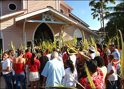Esta imagen recoge el momento en que una multitud conmemora el Domingo de Ramos en Tela, Honduras