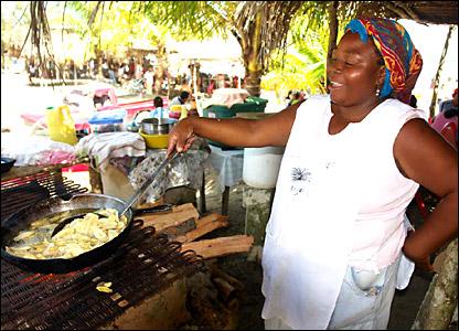 La señora María José, vecina de la comunidad garífuna Triunfo de la Cruz, prepara un platillo exquisito sobre el fogón.