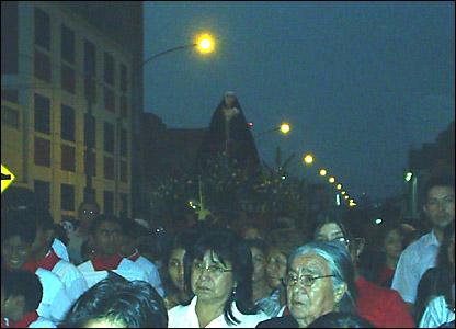 Procesión del Santo Sepulcro en el distrito de Lince, en Perú