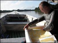 Martin Strel estudiando un mapa