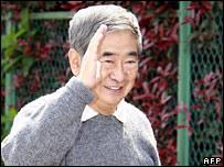 Tokyo Governor Shintaro Ishihara waves to reporters on 8 April 2007