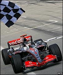 Fernando Alonso cruza la meta en Malasia.