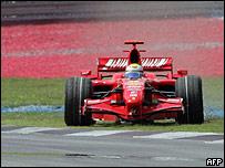 Massa regresa a la pista tras perder el control de su Ferrari.