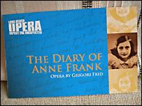 """Folleto que anuncia el esteno de la ópera """"El Diario de Anna Frank"""""""
