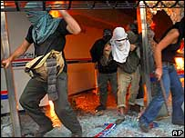 Demonstrators set fire to the Neuquen governor's office  Thur 5 April 07