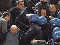 La policía italiana y aficionados ingleses.